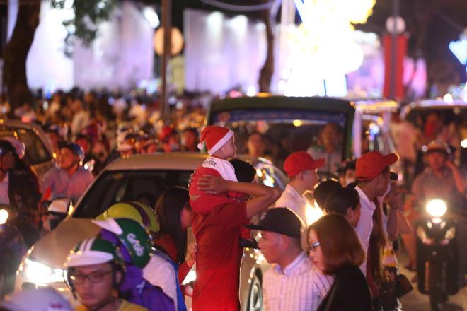 Giáng sinh 2017: Nhà thờ lớn Hà Nội chật cứng người, nhiều nơi tắc nghẽn 38
