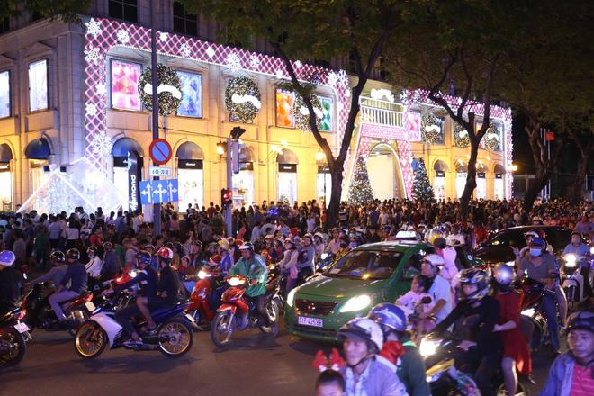 Giáng sinh 2017: Nhà thờ lớn Hà Nội chật cứng người, nhiều nơi tắc nghẽn 36
