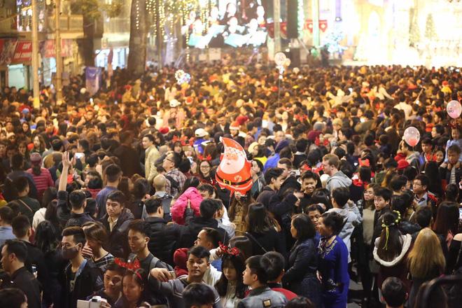Giáng sinh 2017: Nhà thờ lớn Hà Nội chật cứng người, nhiều nơi tắc nghẽn 15