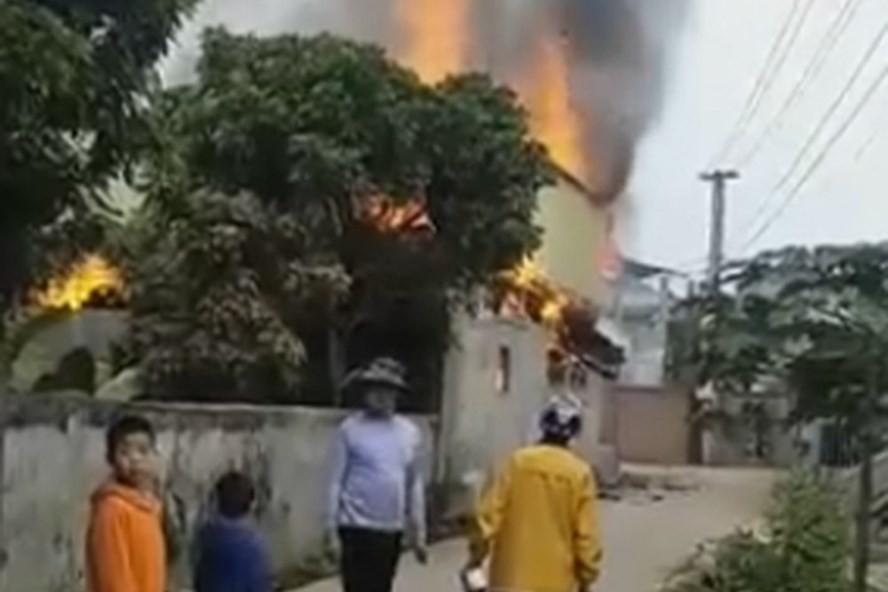 Mâu thuẫn gia đình: Chồng tẩm xăng đốt nhà, 3 người thương vong 1