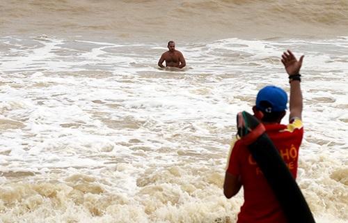 Bốn du khách nước ngoài bị nước cuốn ở bãi biển Nha Trang 1