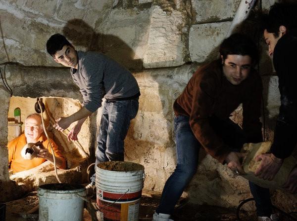 Sửa nhà vệ sinh cũ, người đàn ông phát hiện cả một kho tàng lịch sử vô giá từ hàng thế kỷ trước 2