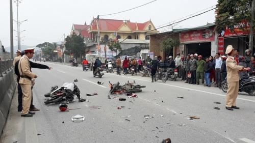 Xe máy va chạm kinh hoàng trên quốc lộ 1A, 4 người nguy kịch 1