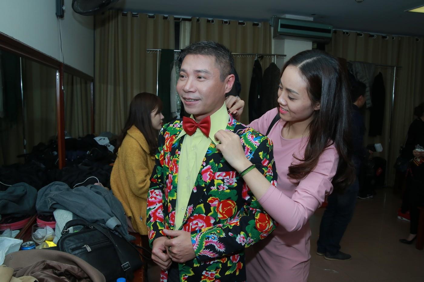Lộ ảnh NSƯT Công Lý được bạn gái sửa trang phục trong hậu trường Tết vạn lộc 1