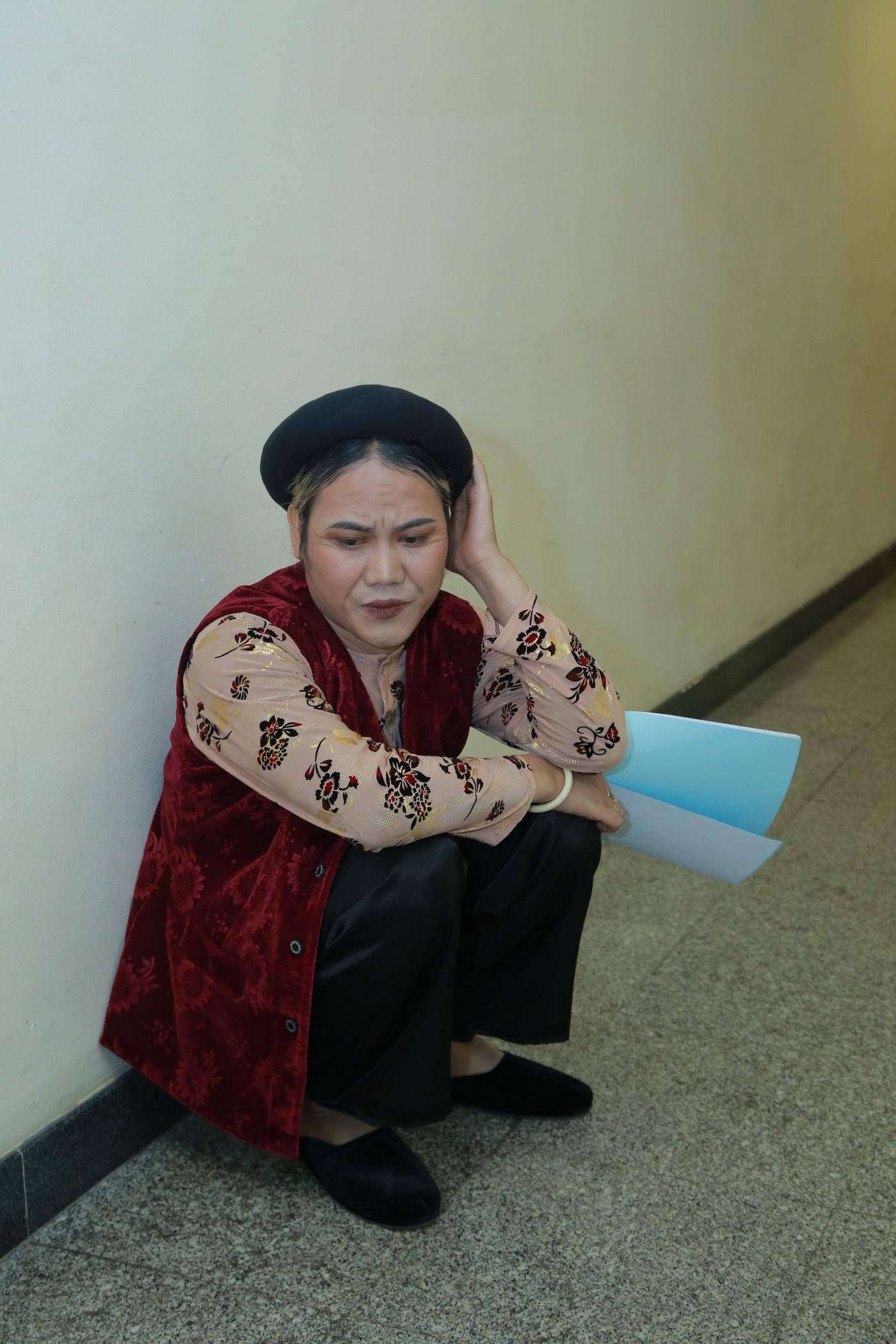 Lộ ảnh NSƯT Công Lý được bạn gái sửa trang phục trong hậu trường Tết vạn lộc 10