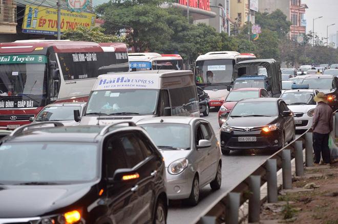 Người dân ùn ùn về lại Hà Nội sau kỳ nghỉ tết, cửa ngõ phía nam bắt đầu đông đúc 4