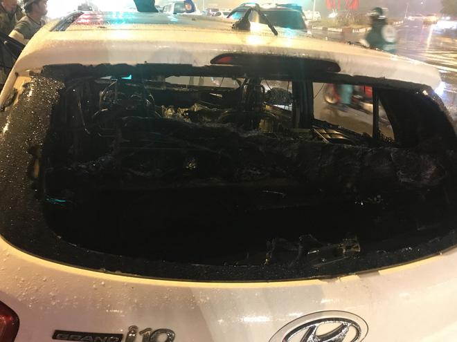 Ô tô cháy dữ dội giữa trời mưa tầm tã ở Hà Nội 9