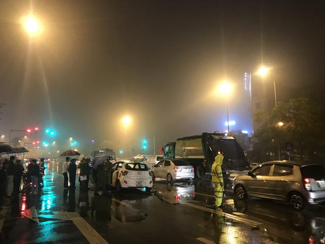 Ô tô cháy dữ dội giữa trời mưa tầm tã ở Hà Nội 8