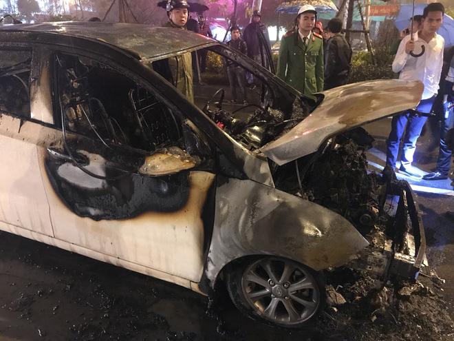Ô tô cháy dữ dội giữa trời mưa tầm tã ở Hà Nội 7