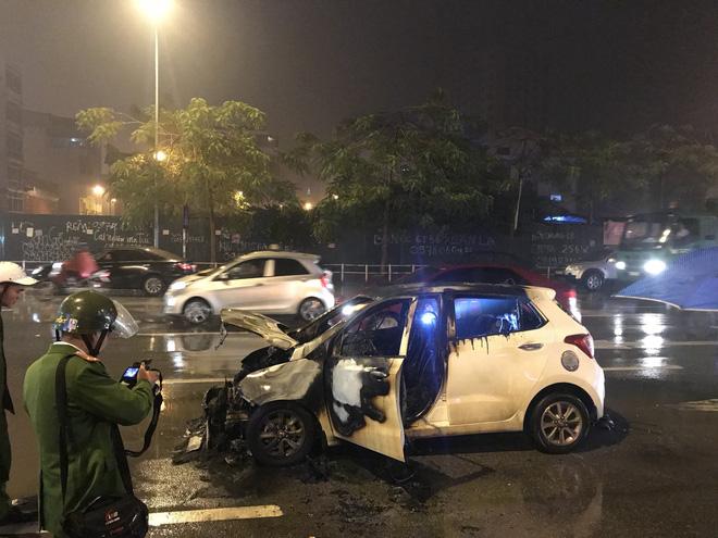 Ô tô cháy dữ dội giữa trời mưa tầm tã ở Hà Nội 6