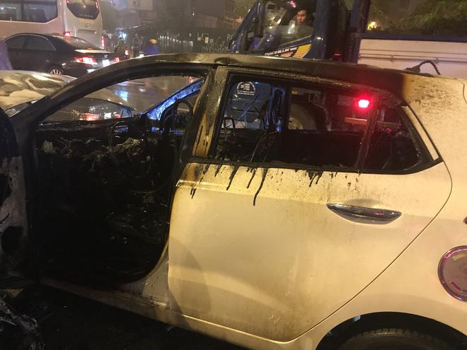 Ô tô cháy dữ dội giữa trời mưa tầm tã ở Hà Nội 4