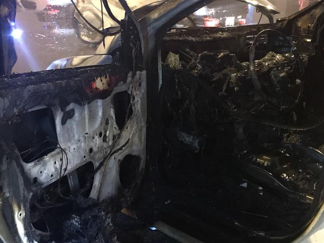 Ô tô cháy dữ dội giữa trời mưa tầm tã ở Hà Nội 2