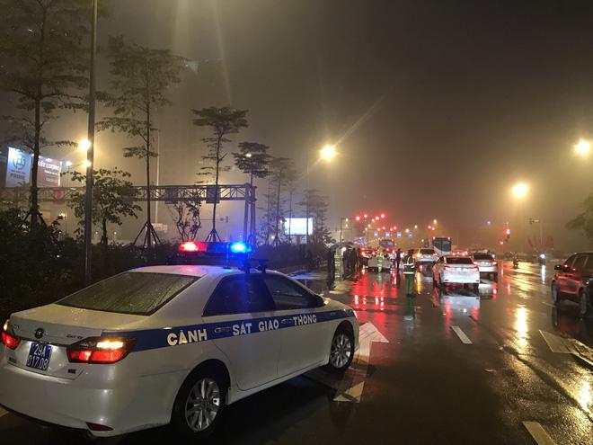 Ô tô cháy dữ dội giữa trời mưa tầm tã ở Hà Nội 3