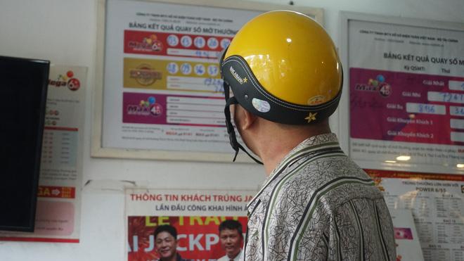 """Dân Sài Gòn đổ xô đi mua Vietlott hi vọng """"giật"""" 200 tỷ đồng 2"""