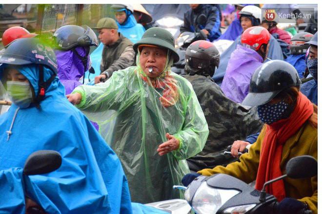 Người phụ nữ 63 tuổi bất chấp trời mưa rét để điều tiết giao thông: