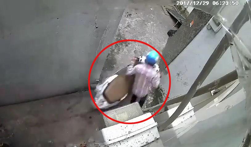 Thanh niên táo tợn vào ngõ nhỏ bẻ khóa trộm xe máy trong 3 giây 1