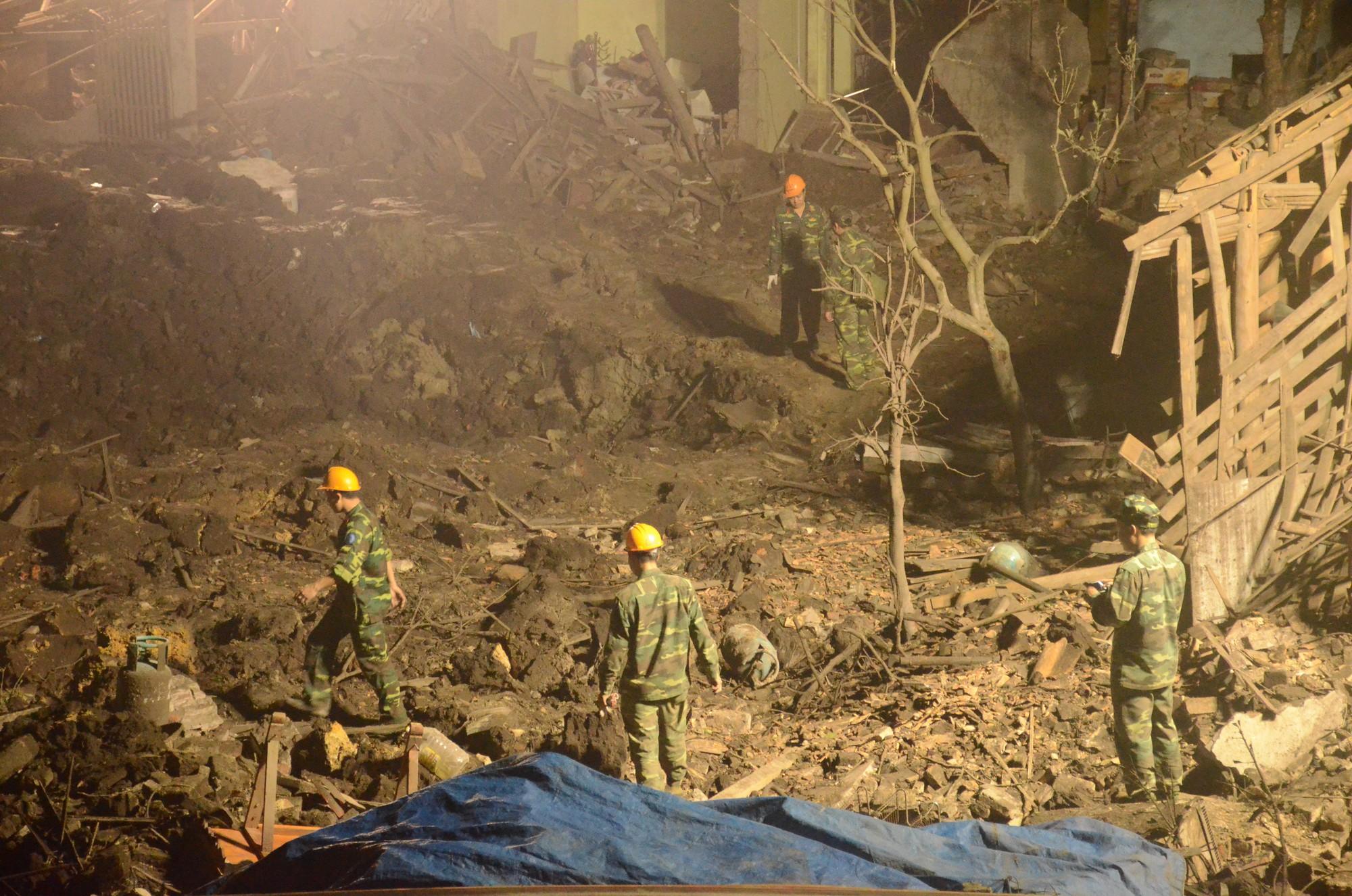 Vụ nổ lớn ở Bắc Ninh: Hàng trăm chiến sỹ công binh cầm đèn pin mót tìm đầu đạn trong đống đổ nát 1