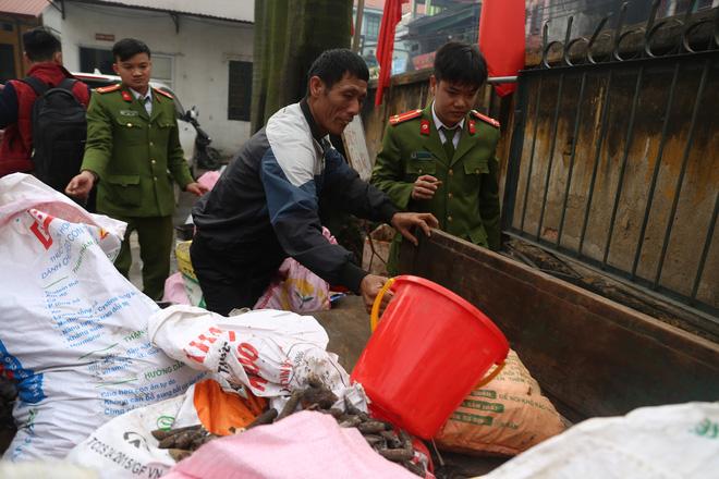 Vụ nổ ở Bắc Ninh: Đạn phủ kín đường làng, đã thu gom được 500kg đầu đạn 2