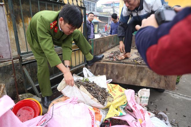 Vụ nổ ở Bắc Ninh: Đạn phủ kín đường làng, đã thu gom được 500kg đầu đạn 7