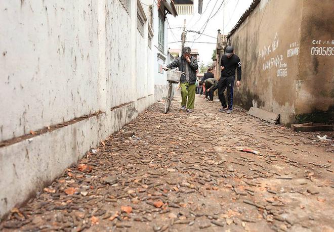 Vụ nổ ở Bắc Ninh: Đạn phủ kín đường làng, đã thu gom được 500kg đầu đạn 18