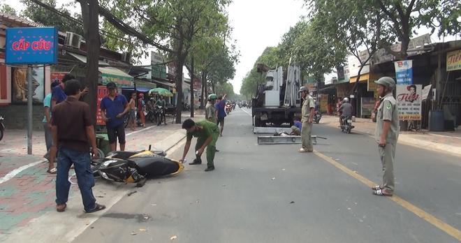 Hình ảnh Khung sắt hơn 100kg văng khỏi xe tải rơi xuống đường đè nữ sinh bị thương số 1