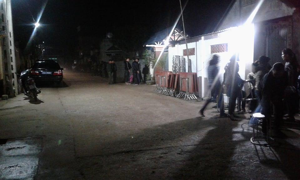 Người dân đến chia buồn khi biết tin Chủ tịch huyện Quốc Oai tử vong 1