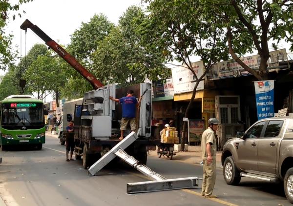 Khung sắt hơn 100kg văng khỏi xe tải rơi xuống đường đè nữ sinh bị thương 2