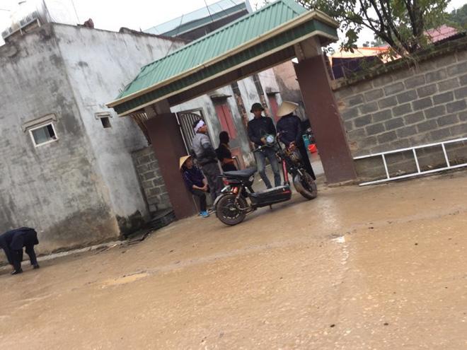 Người thân, láng giềng đau buồn đến viếng Chủ tịch huyện Quốc Oai 1