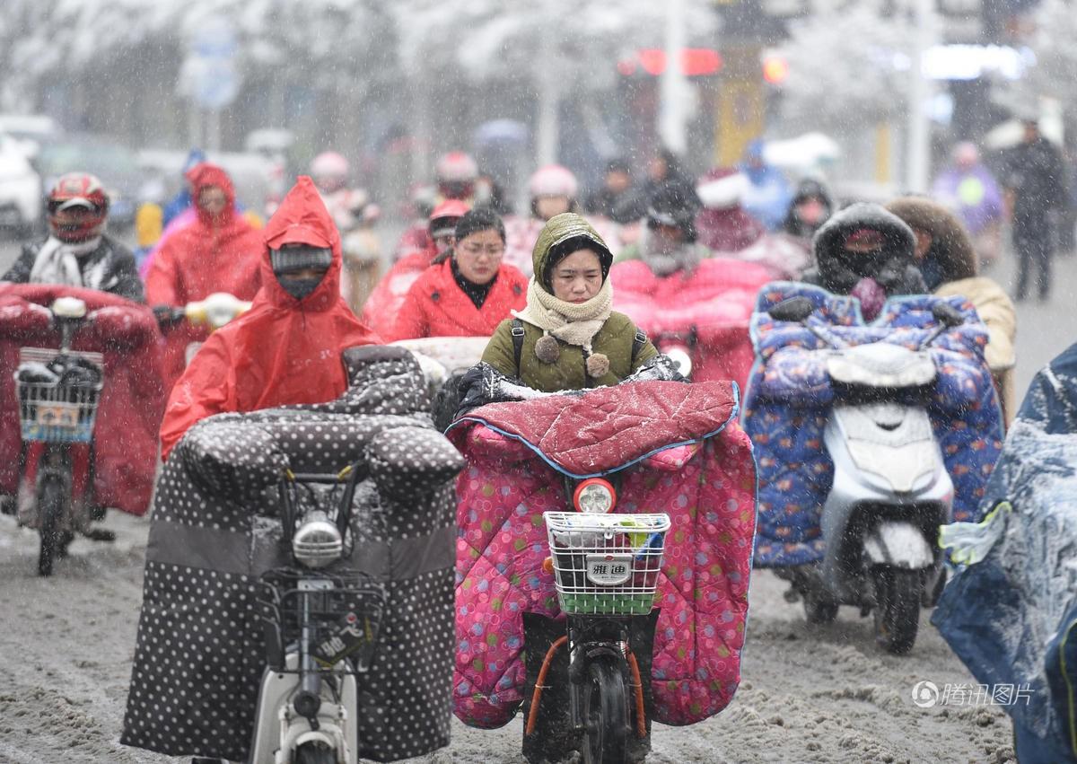 Cảnh tượng lạnh đầy khắc nghiệt tại Trung Quốc: Chị em phụ nữ quấn chăn, bịt kín lái xe máy đi làm 4