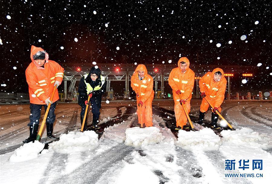 Cảnh tượng lạnh đầy khắc nghiệt tại Trung Quốc: Chị em phụ nữ quấn chăn, bịt kín lái xe máy đi làm 17