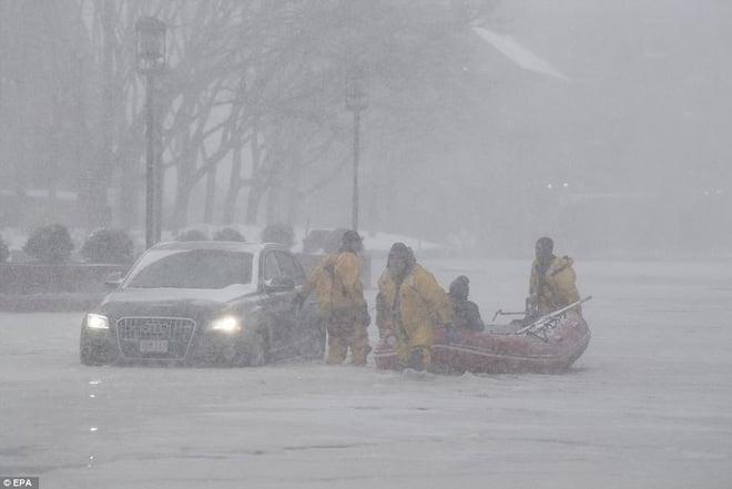 Đã lạnh hơn sao Hỏa, nước Mỹ còn gánh chịu thêm lũ lụt, nước lẫn băng đá ngập nóc nhà 1