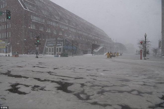 Đã lạnh hơn sao Hỏa, nước Mỹ còn gánh chịu thêm lũ lụt, nước lẫn băng đá ngập nóc nhà 2