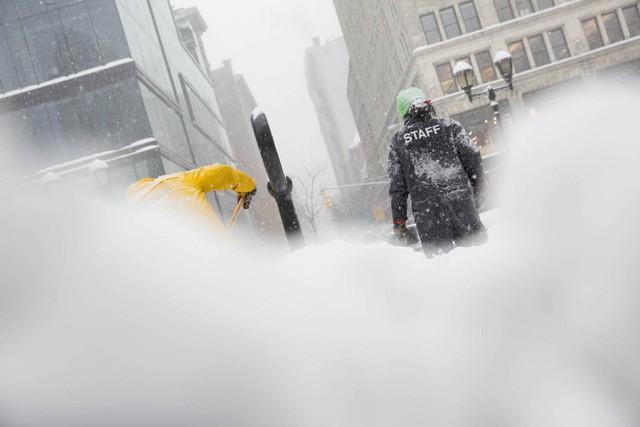 """New York như """"hành tinh khác"""" trong trận bão tuyết khiến nước Mỹ lạnh hơn sao Hỏa - Ảnh 12."""