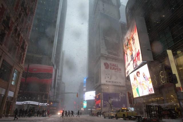 """New York như """"hành tinh khác"""" trong trận bão tuyết khiến nước Mỹ lạnh hơn sao Hỏa - Ảnh 4."""