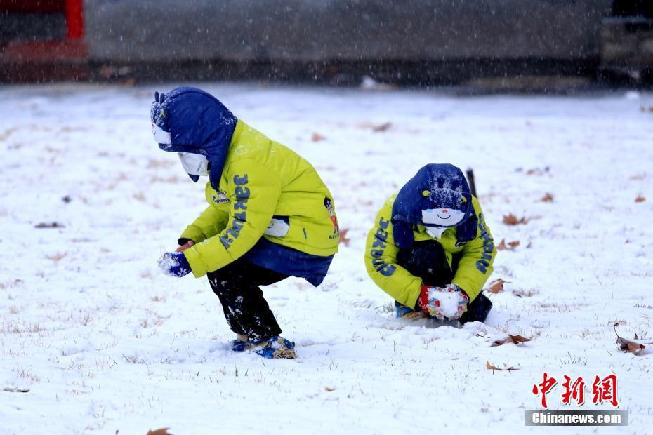 Cảnh tượng lạnh đầy khắc nghiệt tại Trung Quốc: Chị em phụ nữ quấn chăn, bịt kín lái xe máy đi làm 8