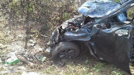Xe đi đám cưới mất lái đâm vào gốc cây ven đường, 5 người thương vong 1
