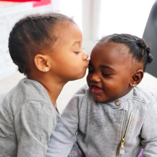 Bà mẹ đăng ảnh hai con sinh đôi lên mạng xã hội, cả ngàn người bình luận rôm rả vì không tin vào mắt mình 4