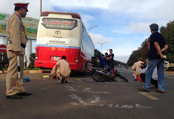 TNGT nghiêm trọng: Tông vào xe khách, cô giáo tử vong 1