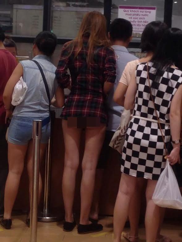 Mặc quần đùi siêu ngắn đi xe giường nằm, cô gái