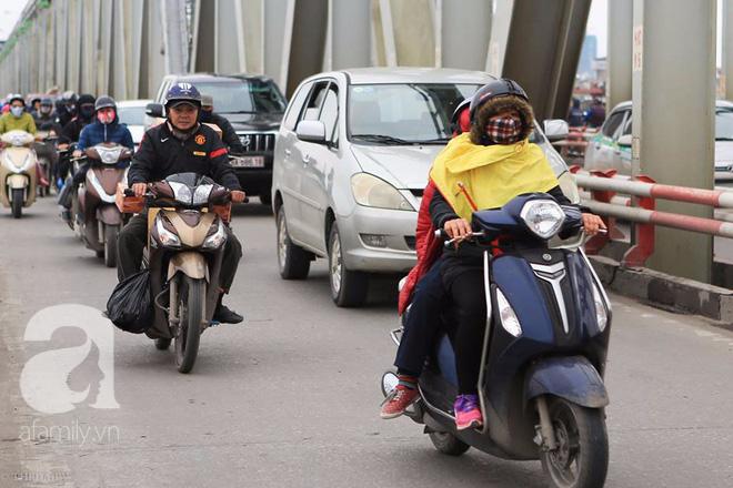 Nhiệt độ giảm sâu còn 13 độ, người Hà Nội sáng tạo đủ cách bá đạo chống rét: Trùm chăn ra đường, bịt kín cả người lẫn xe 7