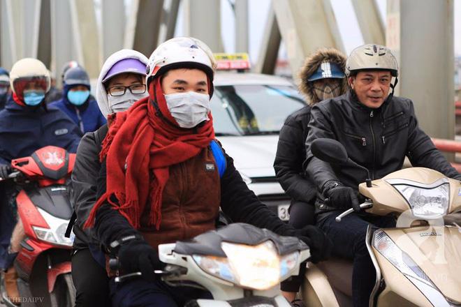 Nhiệt độ giảm sâu còn 13 độ, người Hà Nội sáng tạo đủ cách bá đạo chống rét: Trùm chăn ra đường, bịt kín cả người lẫn xe 12