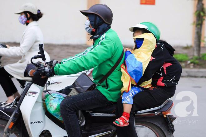 Nhiệt độ giảm sâu còn 13 độ, người Hà Nội sáng tạo đủ cách bá đạo chống rét: Trùm chăn ra đường, bịt kín cả người lẫn xe 9