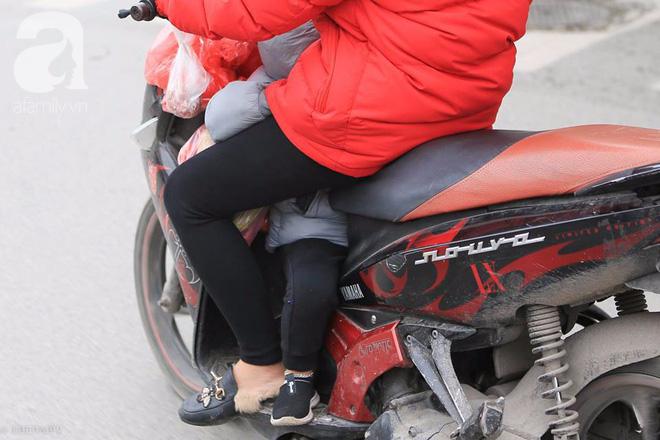 Nhiệt độ giảm sâu còn 13 độ, người Hà Nội sáng tạo đủ cách bá đạo chống rét: Trùm chăn ra đường, bịt kín cả người lẫn xe 10