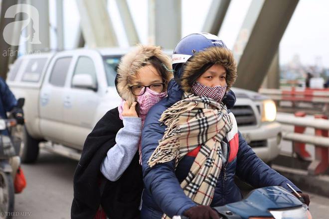 Nhiệt độ giảm sâu còn 13 độ, người Hà Nội sáng tạo đủ cách bá đạo chống rét: Trùm chăn ra đường, bịt kín cả người lẫn xe 16