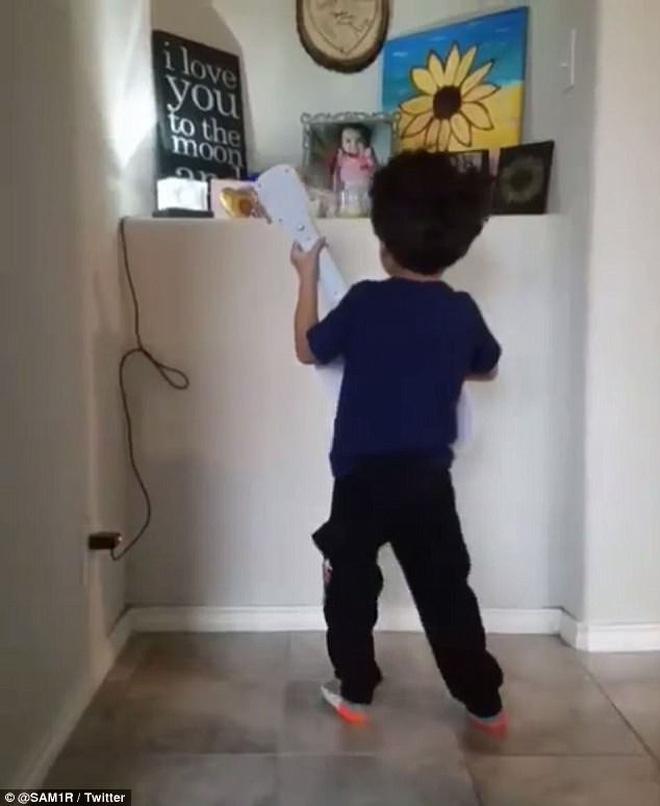 Cậu bé 4 tuổi đánh đàn, hát nhạc phim Coco trước tấm ảnh em gái và câu chuyện thực sự khiến nhiều người cảm động 5