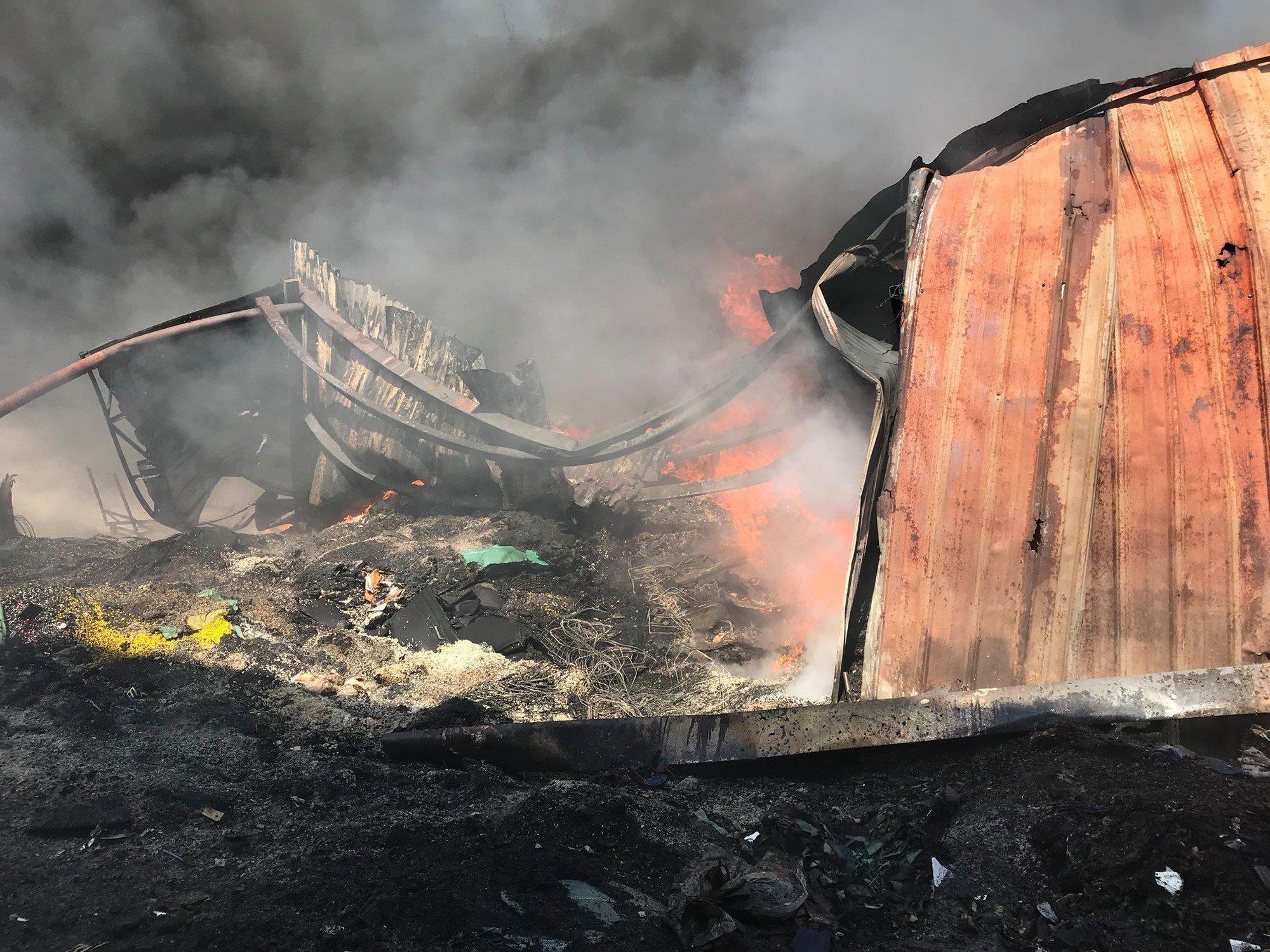 Cháy xưởng gia công giày lan sang trường mầm non, giáo viên ôm trẻ tháo chạy thục mạng 2