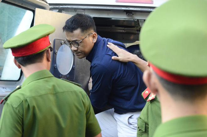 Chùm ảnh Trầm Bê mỏi mệt, Phạm Công Danh bật khóc ngày đầu xử đại án thiệt hại 6.000 tỷ 3
