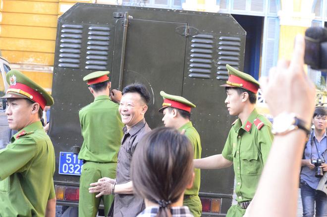 Chùm ảnh Trầm Bê mỏi mệt, Phạm Công Danh bật khóc ngày đầu xử đại án thiệt hại 6.000 tỷ 5