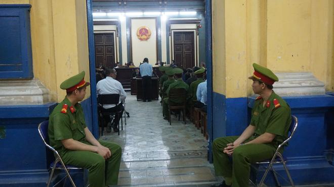 Chùm ảnh Trầm Bê mỏi mệt, Phạm Công Danh bật khóc ngày đầu xử đại án thiệt hại 6.000 tỷ 11