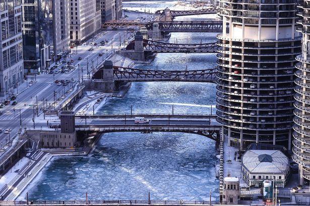 Câu chuyện 2 bán cầu: sông Chicago, Mỹ đóng băng dưới cái lạnh -50 độ C, Sydney nắng nóng kỷ lục 47 độ C, cao nhất 79 năm qua 1
